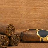 在木背景的古巴雪茄 免版税库存图片