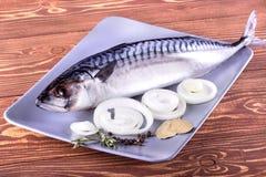 在木背景的可口海鱼 健康食物,饮食或烹调概念 库存照片
