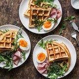 在木背景的可口美味早餐-煮沸的鸡蛋、土豆奶蛋烘饼和火腿 库存图片