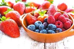 在木背景的可口莓果 免版税图库摄影