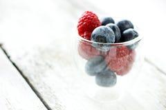 在木背景的可口莓果 免版税库存图片