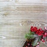 在木背景的右下方的红色和绿色圣诞装饰 库存图片