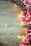 在木背景的右边圣诞装饰与光 库存图片