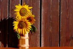 在木背景的向日葵静物画 库存图片