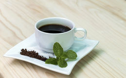 在木背景的咖啡杯 免版税库存图片
