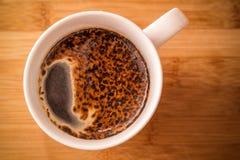 在木背景的咖啡杯 免版税库存照片