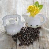 在木背景的咖啡豆与ixora开花 库存图片