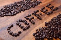 在木背景的咖啡豆英国字符 免版税库存照片