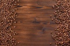 在木背景的咖啡豆 咖啡豆框架您的文本的 免版税图库摄影