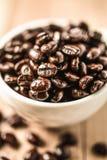 在木背景的咖啡豆 免版税库存照片