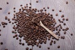 在木背景的咖啡豆 库存照片
