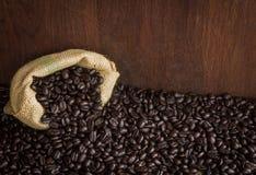 在木背景的咖啡豆 免版税图库摄影