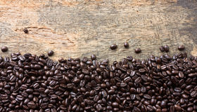 在木背景的咖啡豆 图库摄影