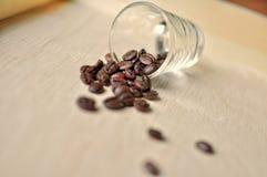 在木背景的咖啡豆 免版税库存图片