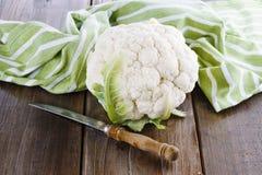 在木背景的唯一花椰菜 免版税图库摄影