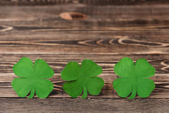在木背景的四棵叶子三叶草 免版税库存照片