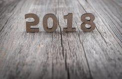 在木背景的图2018年 库存照片