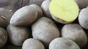 在木背景的土豆 削皮的肮脏的未加工的有机土豆 影视素材