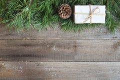 在木背景的圣诞卡 免版税图库摄影
