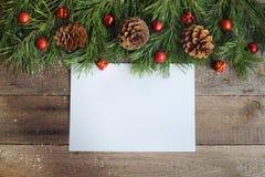 在木背景的圣诞卡 库存图片