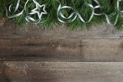 在木背景的圣诞卡 免版税库存照片