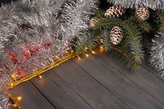 在木背景的圣诞灯与自由空间 与银色圣诞节链子的框架 库存图片