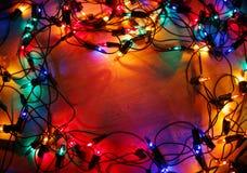在木背景的圣诞灯框架 图库摄影