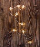 在木背景的圣诞灯 例证百合红色样式葡萄酒 免版税库存图片