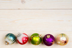 在木背景的圣诞节五颜六色的球 免版税库存图片