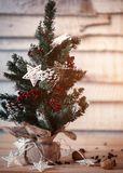 在木背景的圣诞节冷杉木与光以一张新年明信片的设计的星形式 火光拷贝空间 库存照片