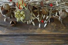 在木背景的圣诞节和新年装饰 库存照片