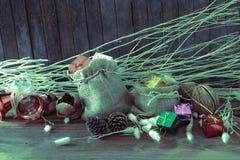 在木背景的圣诞节和新年装饰 免版税库存照片