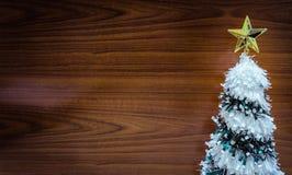 在木背景的圣诞节和新年装饰 免版税图库摄影