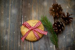 在木背景的圣诞节曲奇饼 平的位置 库存图片
