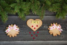 在木背景的圣诞节曲奇饼 2017年 免版税库存照片