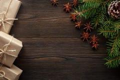 在木背景的圣诞节构成与树、杉木锥体、八角和纸板箱 库存照片