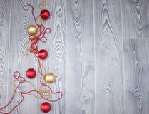 在木背景的圣诞节玩具 库存照片