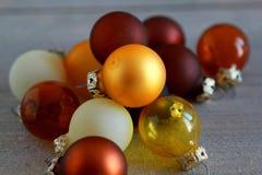 在木背景的圣诞节球 免版税库存照片