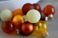 在木背景的圣诞节球 免版税库存图片