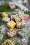 在木背景的圣诞节甜点装饰了圣诞树 库存照片