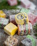 在木背景的圣诞节甜点装饰了圣诞树 免版税图库摄影