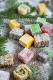 在木背景的圣诞节甜点装饰了圣诞树 免版税库存照片