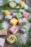 在木背景的圣诞节甜点装饰了圣诞树 免版税库存图片