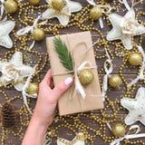 在木背景的圣诞节礼物与金子和糖果 免版税库存照片