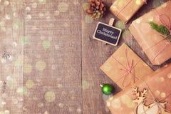 在木背景的圣诞节礼物 看法从上面与拷贝空间 库存图片