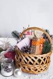 在木背景的圣诞节礼物 免版税图库摄影