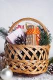 在木背景的圣诞节礼物 免版税库存图片