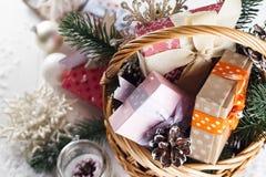 在木背景的圣诞节礼物 库存图片