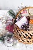在木背景的圣诞节礼物 图库摄影