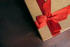 在木背景的圣诞节礼物 免版税库存照片